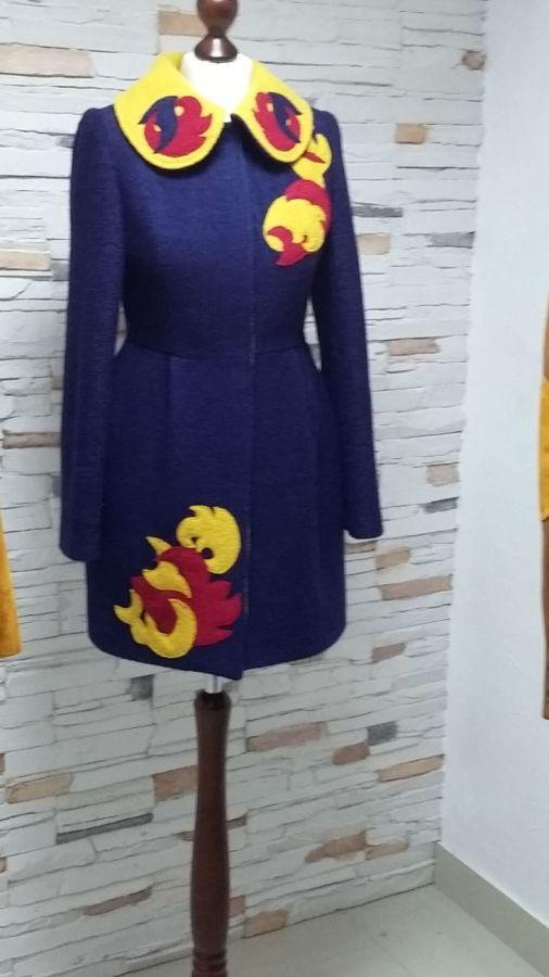 Пальто жіноче з аплікаціями за акційною ціною  3 290 грн. - Пальто ... bbae5c96de21f