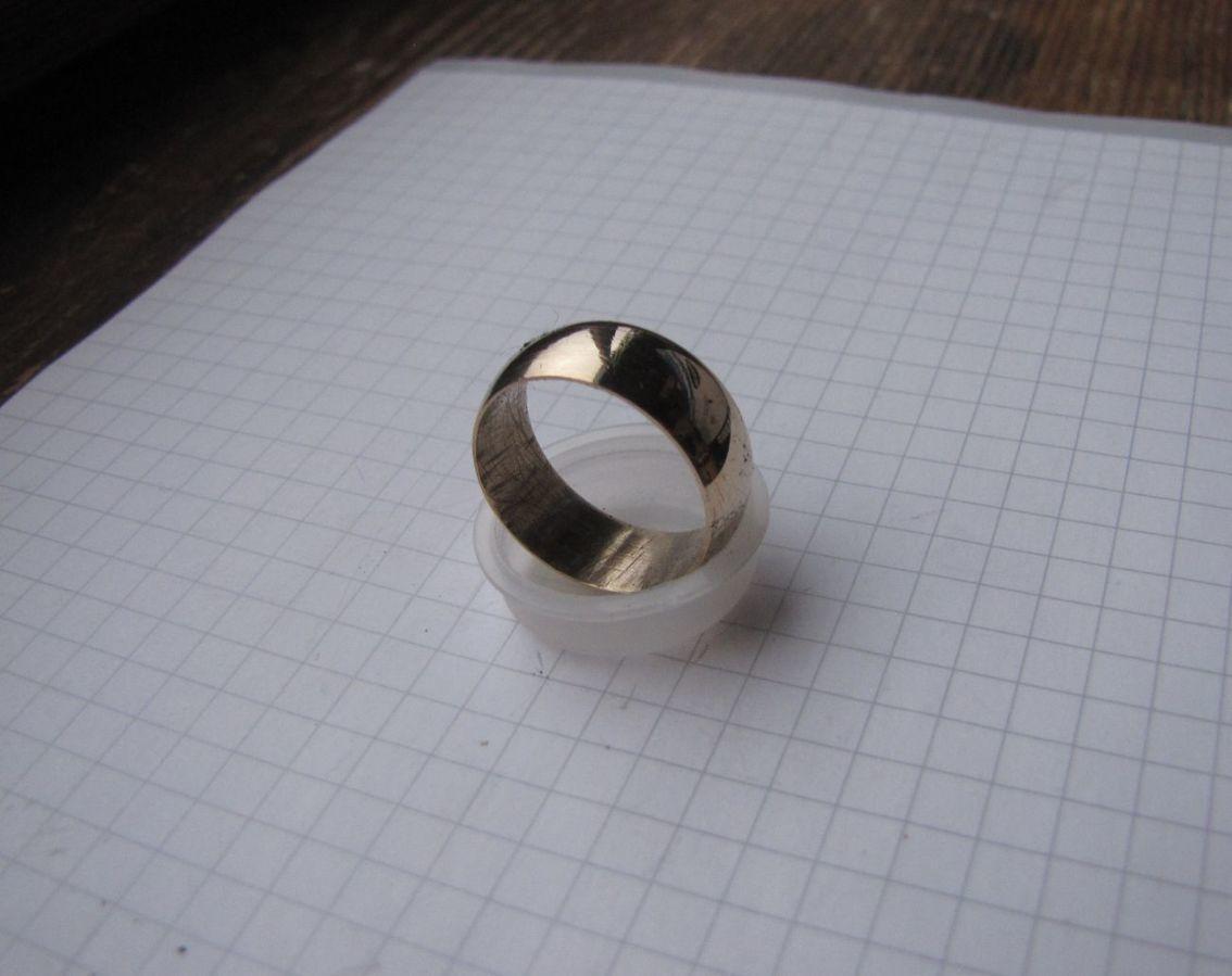 Фото 2 - Обручальное кольцо СССР без клейм из золотистого сплава