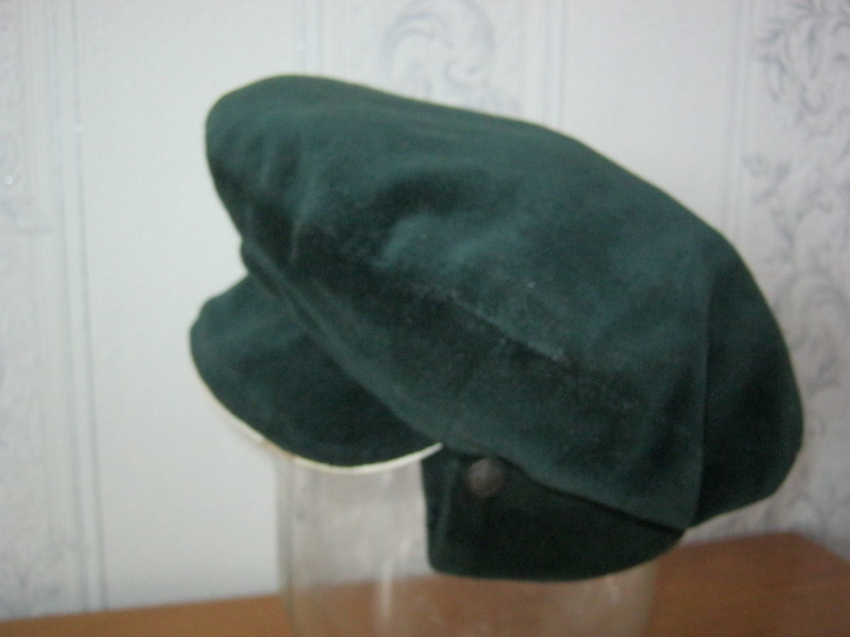 Фото 2 - Шапка-кепка из велюра с отворотом-манжетом