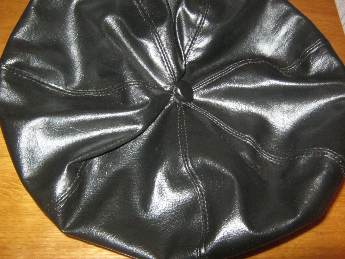 Фото 8 - Шапка-кепка из велюра с отворотом-манжетом