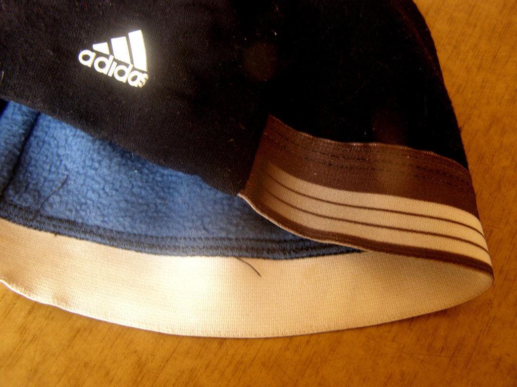 Фото - Стильная шапка Adidas на флисе
