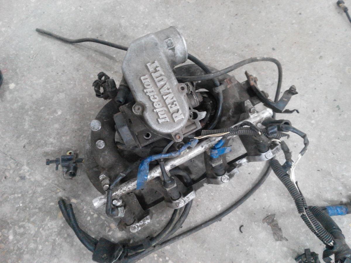 Впускной коллектор двигателя RENAULT 25 выпуска 90-х годов, бензин 2.2
