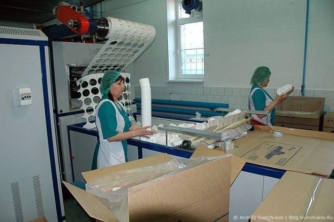 Работник производства (пластиковые стаканчики)