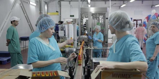 Работница на производство соусов в Польше