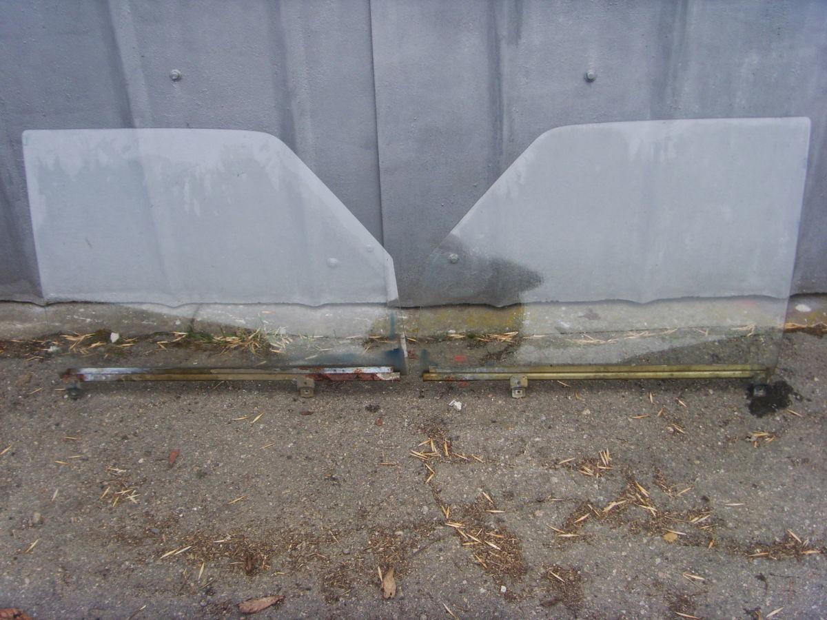 Фото - На MERCEDES 123 боковые стёкла дверей седана.