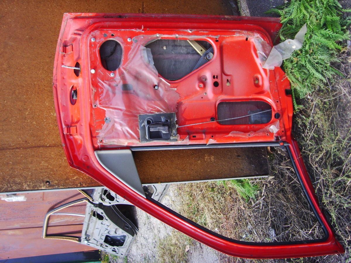 Фото - На OPEL VECTRA A двери кузова красные. 600 грн.