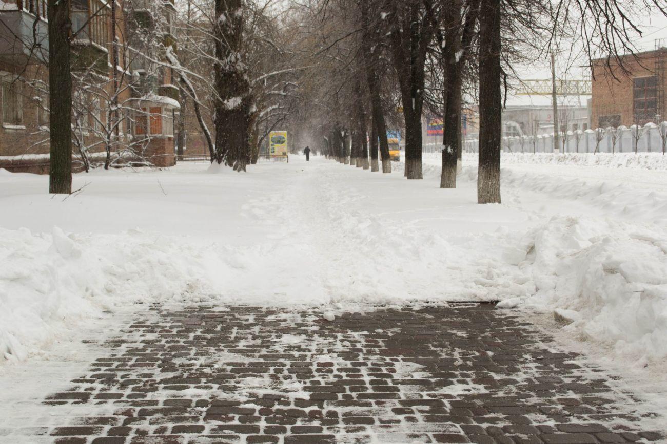 Фото - Уборка снега. Очистка тротуаров от снега. Снегоуборочные работы.