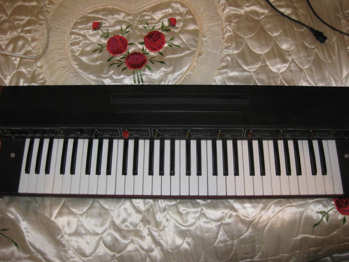 Продам винтажный немецкий синтезатор Vermona Piano Strings (рабочий)