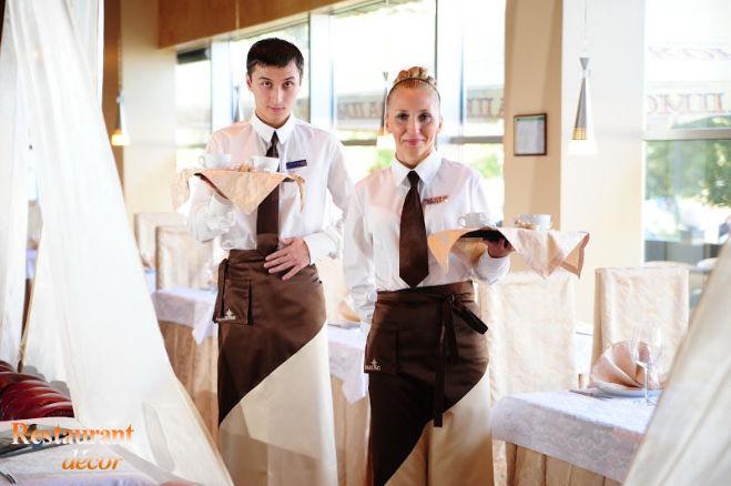 Работник на раздачу блюд на шведском столе