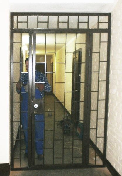 установка железных дверей на площадках между квартирами