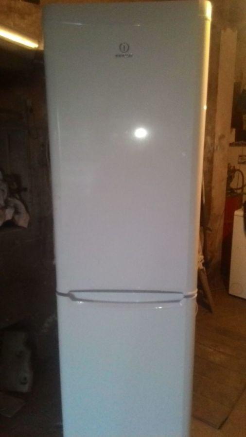 Холодильник двухкамерный ИНДЕЗИТ. В отличном состоянии.