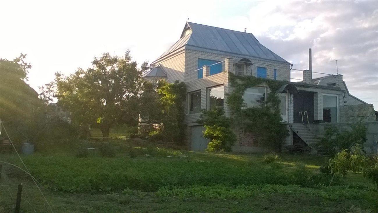Продается дом на берегу реки.Дом в три уровня
