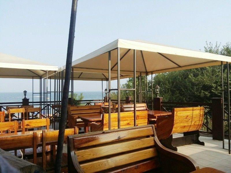 Бар-дискотека в курортной зоне на лазурном берегу Черного моря.