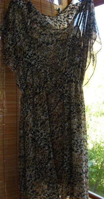 платье р. 10, коричневое с чёрным, рисунок перья, летнее, двойное