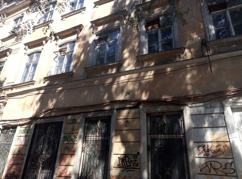 Фасадное, отдельно- стоящее здание.