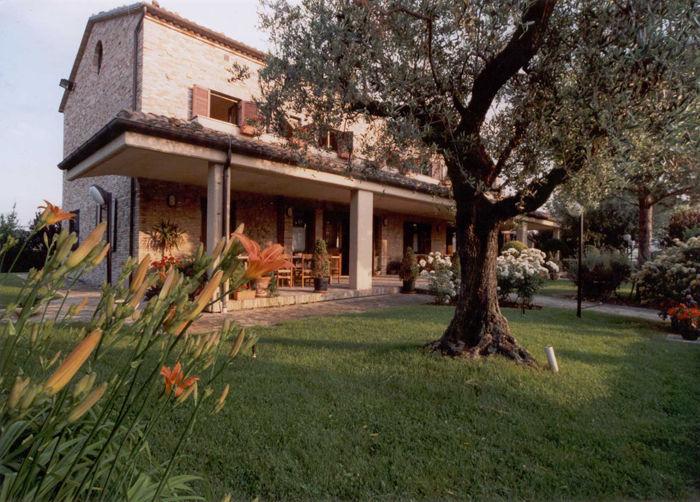 В Италии возле моря Каттолики биологическая ферма с жилым комплексом.