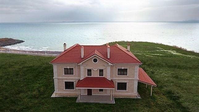Дом в лесу у моря.