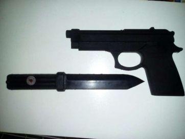 Муляж ножа и пистолета резиновые.