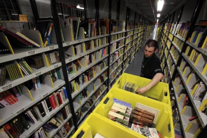 Работник книжного склада в Польше