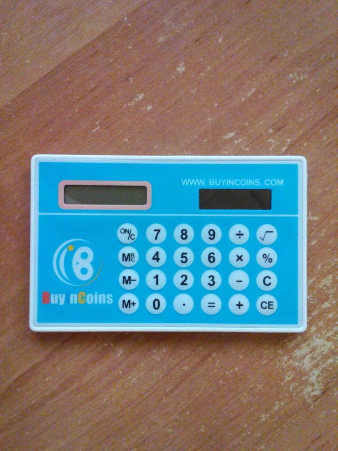 Калькулятор размером с кредитную карту. Работает от солнечной батареи