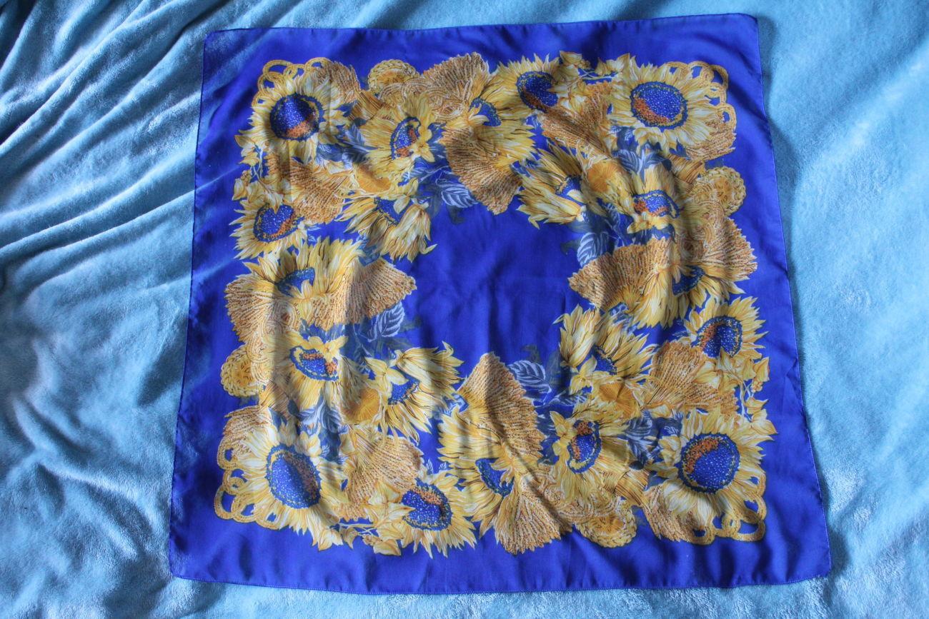 Хустка / платок соняшники на синьому