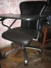 Компьютерное кресло со столиком