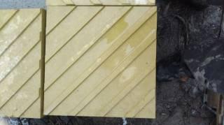 Плитка тактильная 300х300х60 бетонная, желтая 2