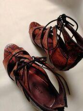 Шкіряні босоніжки зі зміїним принтом Andre 7