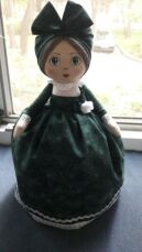 Кукла-грелка на заварочный чайник ручной работы в зелёном сарафане 2