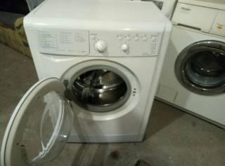 Рабочая стиральная машина 5 кг Indesit IWSB5105