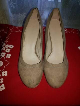 бежевые красивые туфли