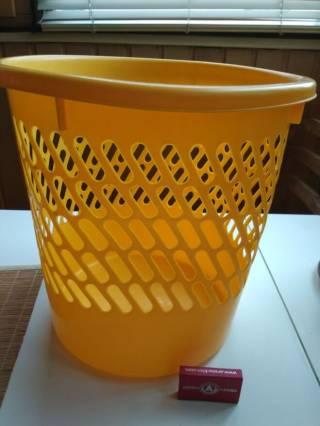 Ведро желтого цвета для бумаги или вещей подставка 3