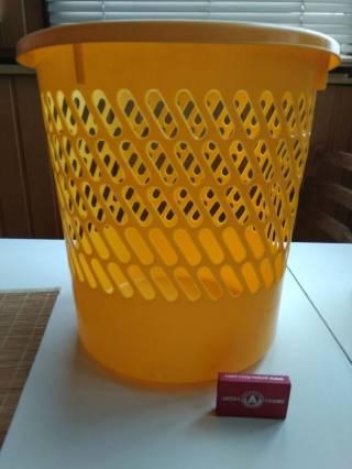 Ведро желтого цвета для бумаги или вещей подставка 2
