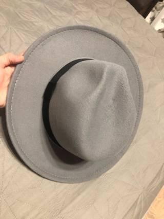 Серая фетровая шляпа с широкими полями 2