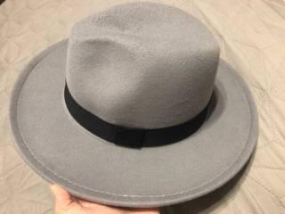 Серая фетровая шляпа с широкими полями 4