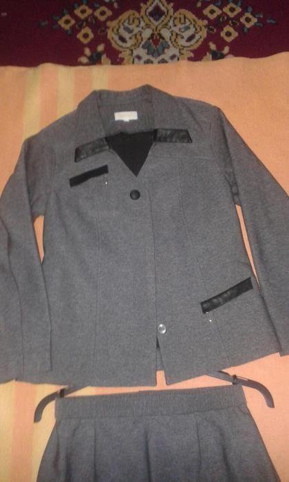 деловой, стильный костюм (пиджак/юбка)