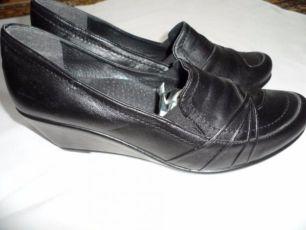 Туфлі нові шкіряні на танкетці. (Туфли новые кожаные на танкетке.)