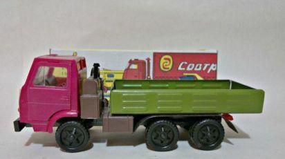 модель Камаза СССР игрушка осталось две штуки одного цвета