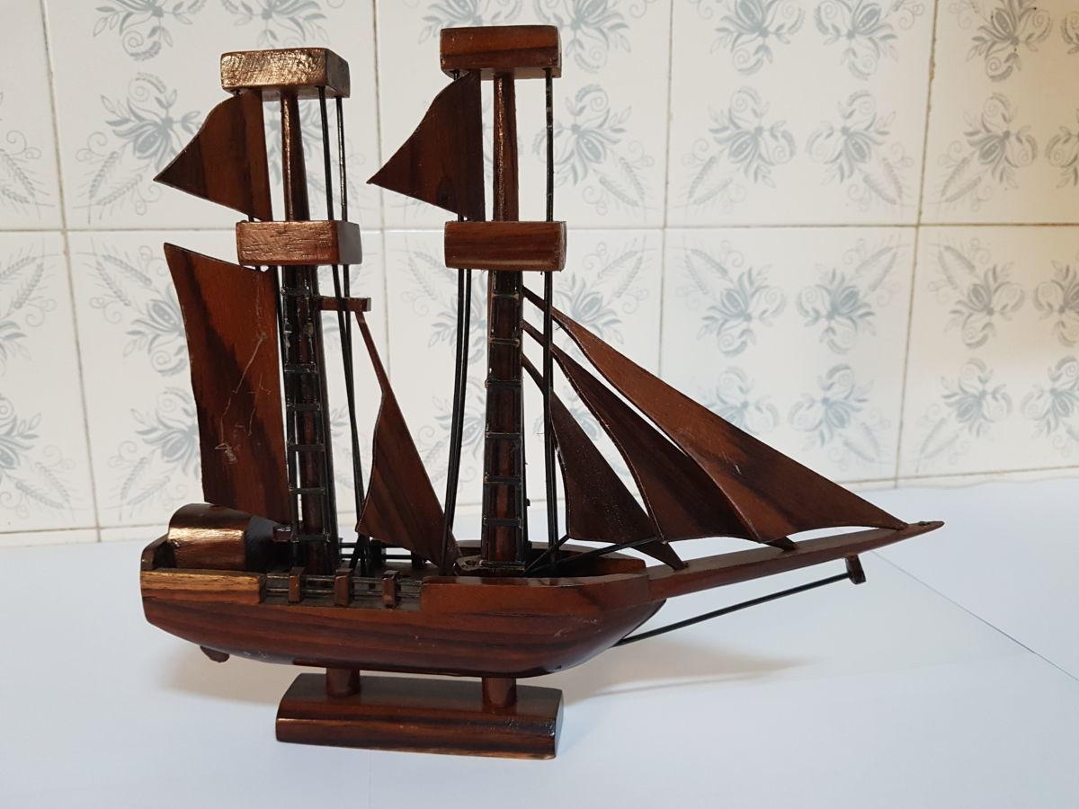 Кораблик деревянный на подставке.