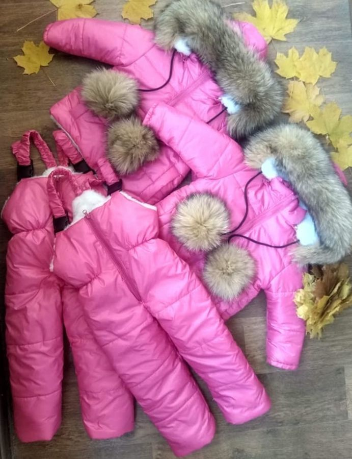 Детский зимний малиновый комбинезон с натуральным мехом и помпонами