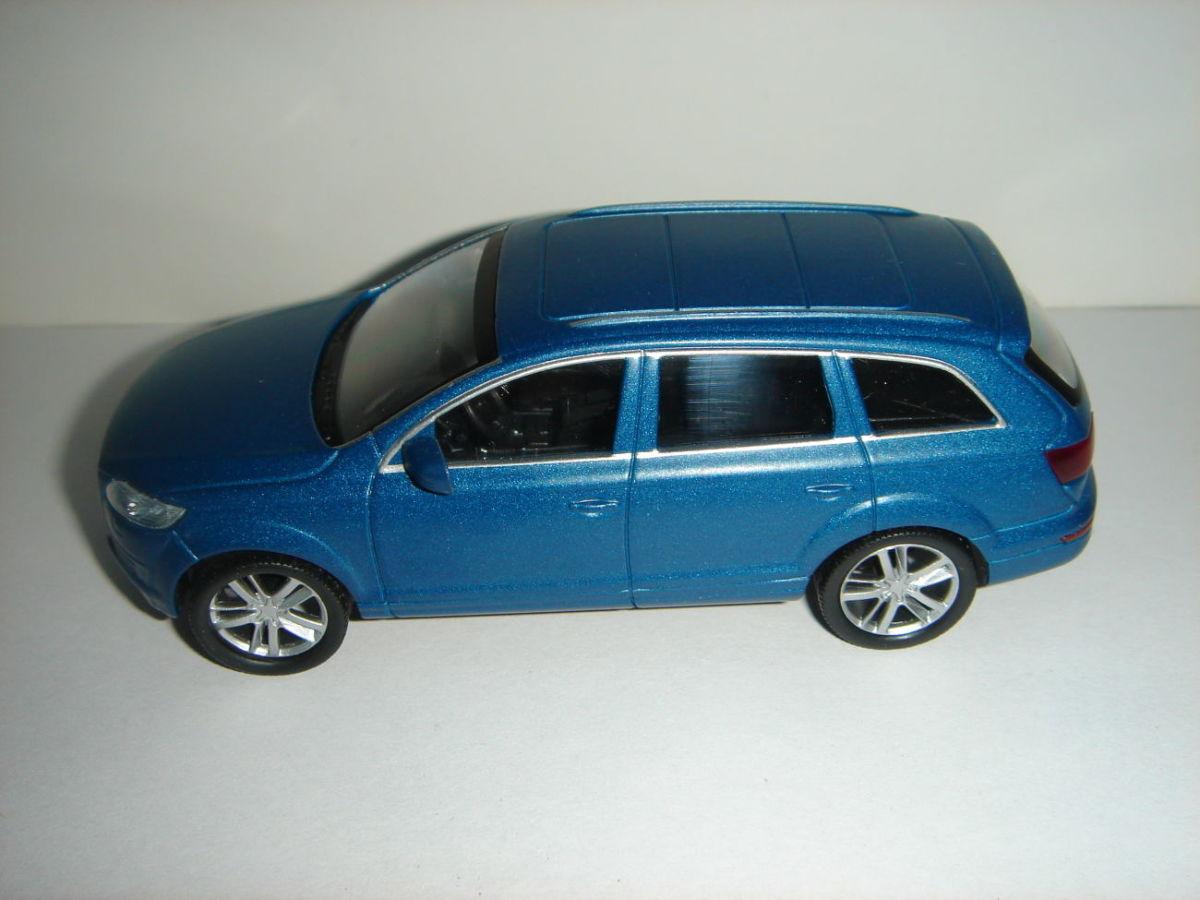 Продам машинку металлическую AUDI Q7 . 1:43