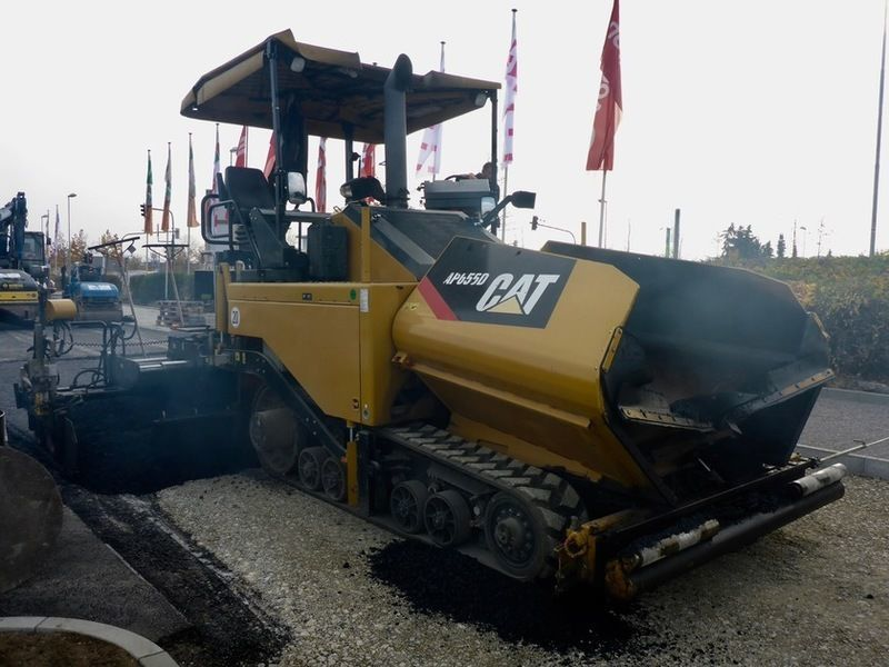 Асфальтоукладчик Caterpillar AP655D.