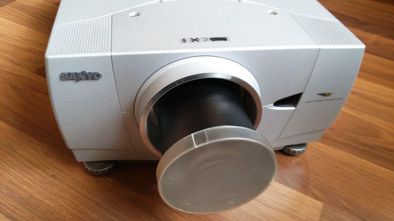 Для барів, дискотек ,кінотеатрів проектор Sanyo-PLC-XP55