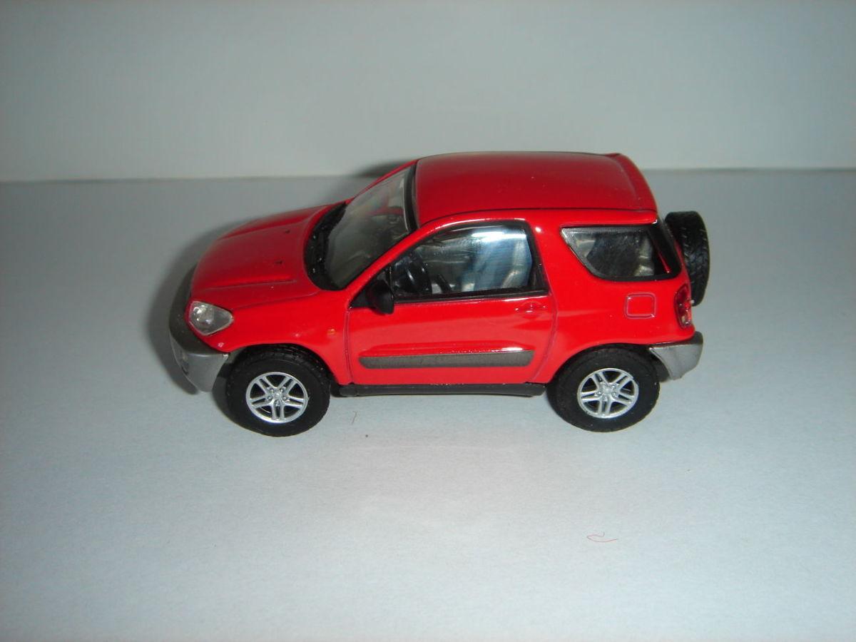 Продам машинку металлическую TAYOTA RAW4 (2000) . 1:43