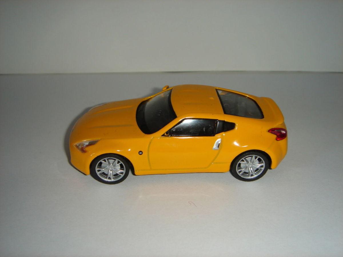 Продам машинку металлическую NISSAN 370Z . 1:43