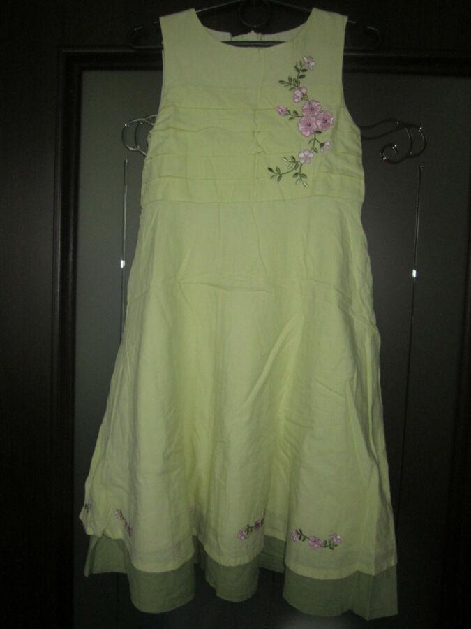 В наличии очень красивое платье для юной модницы.