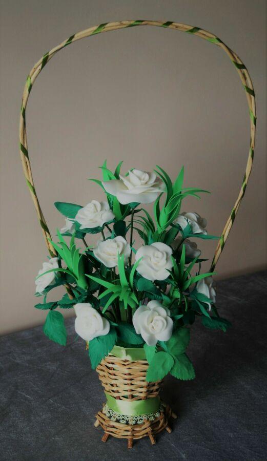 Белые розы в корзинке для любимой
