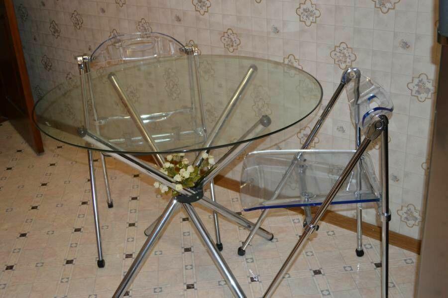 Продам стол стеклянный и два раскладных стула