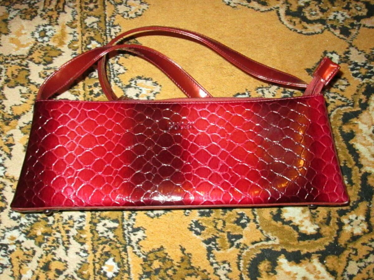 Красивая модная дамская сумочка яркой расцветки