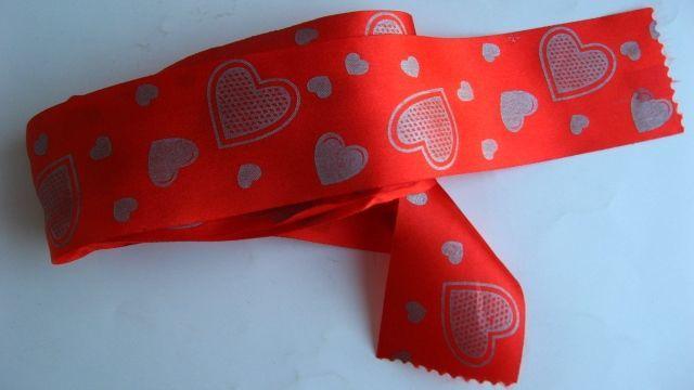 красная лента п/э декоративная тонкая, 1 м, ш. 4 см, принт сердечки
